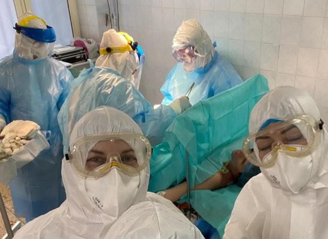 У Дніпрі лікарі зробили диво: врятували породіллю та її малюка від COVID-19