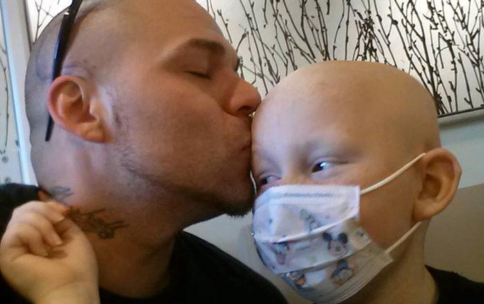 Це вра жаюче фото батька і сина облетіло весь світ. Їх історія ніколи не залишить байдужим. ФОТО
