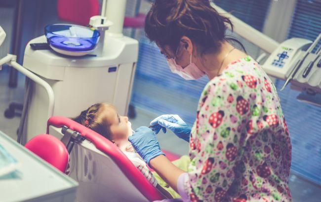 Скандал під Києвом: стоматологи без згоди матері видалили дитині відразу 12 зубів
