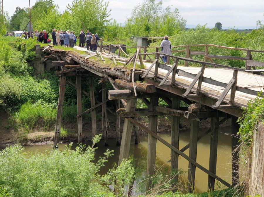 На Львівщині школярі ходять до школи через міст, який будь-якої миті може впасти