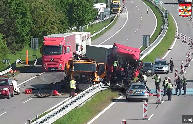 В Чехії водій вантажівки на швидкості протаранив іншу (ФОТО, ВІДЕО)
