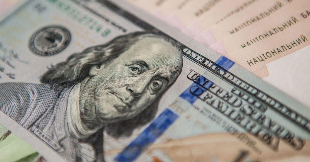 Українські заробітчани суттєво збільшили обсяг грошових переказів з-за кордону