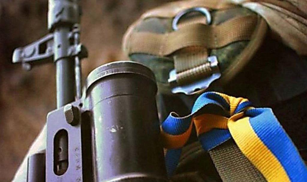 На Донбасі підірвався український військовий