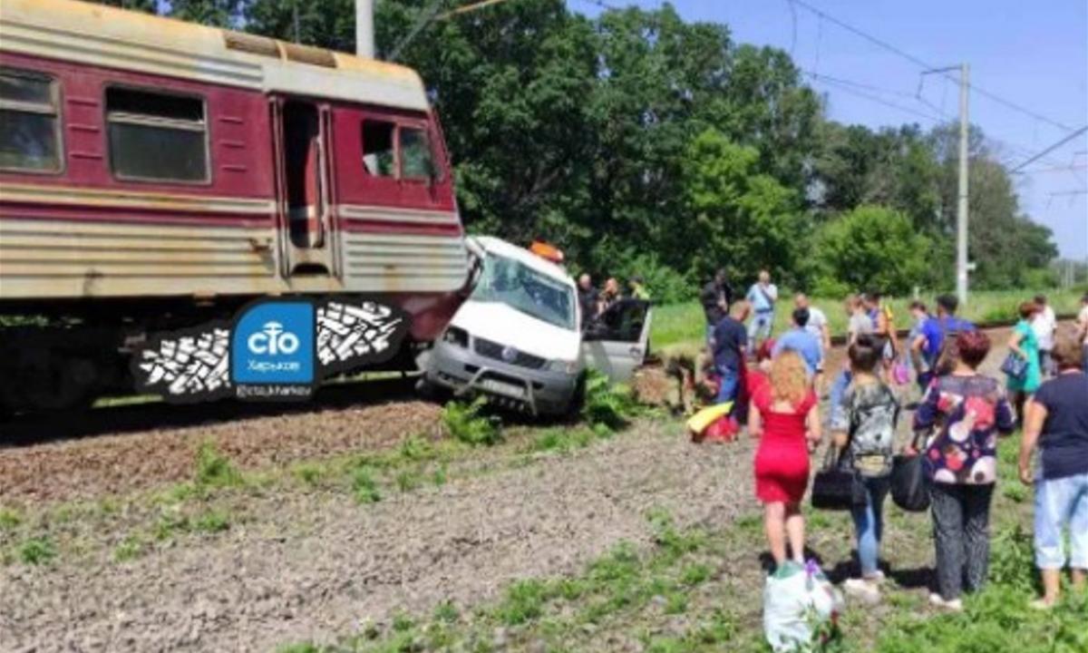 Потяг розчавив мікроавтобус під Харковом