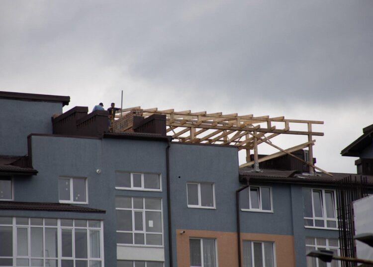 Квартири замало: у Франківську чоловік зводить надбудову на даху 11-поверхового будинку. ФОТО