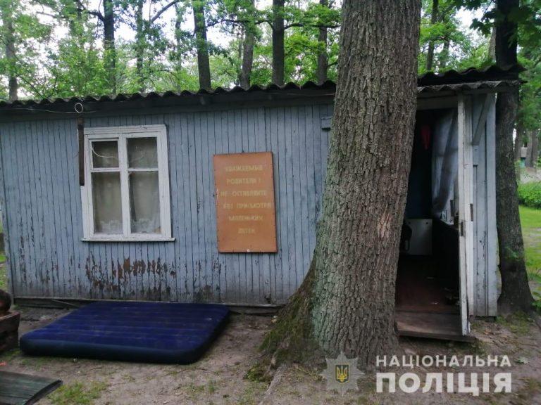 На Київщині двоє дітей впали до вигрібної ями вуличного туалету, загинула 10-річна дівчинка