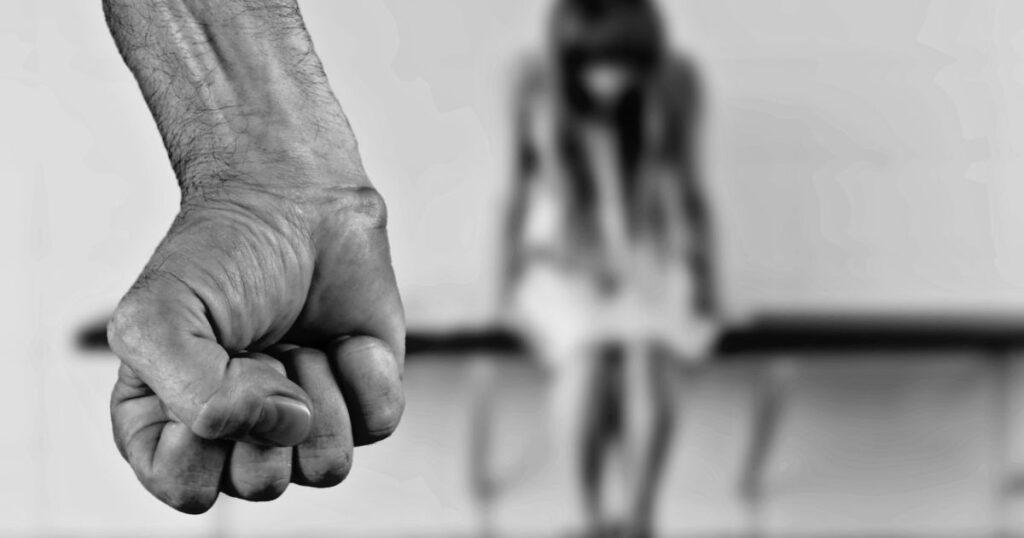 У Харкові підліток жорстоко побив кулаками і ногами дівчину. Відео