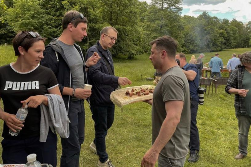 Володимир Зеленський смажив шашлики журналістам й відповідав на запитання (ФОТО)