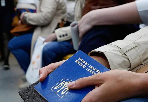 Українських заробітчан кличуть на роботу в Чехію: кому заплатять 90 тис. на місяць