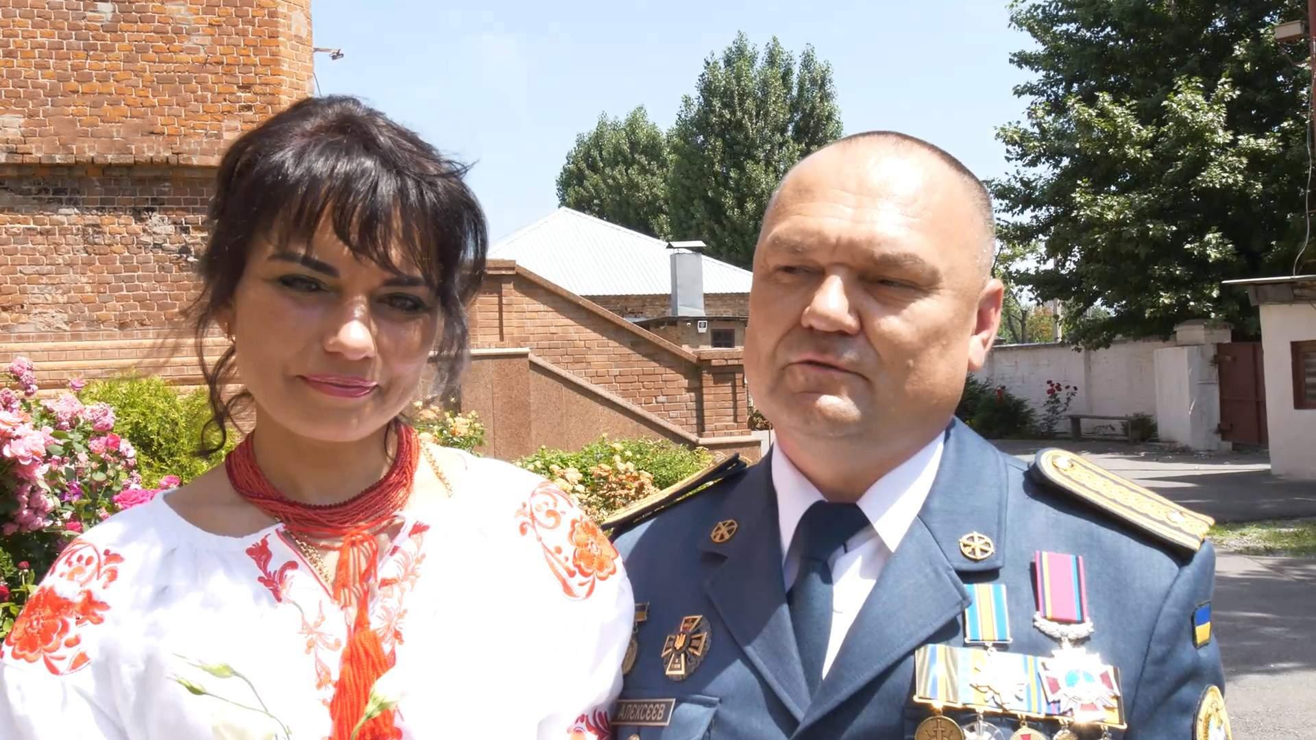 Разом під обстрілами: військовий і медсестра повінчалися після 25 років сімейного життя