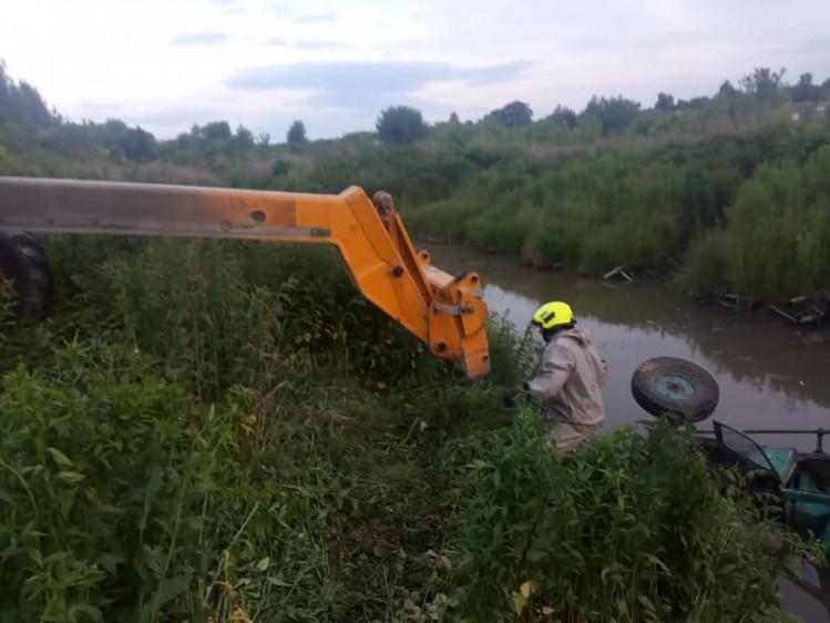 На Рівненщині тракторист перекинувся у водойму і загинув