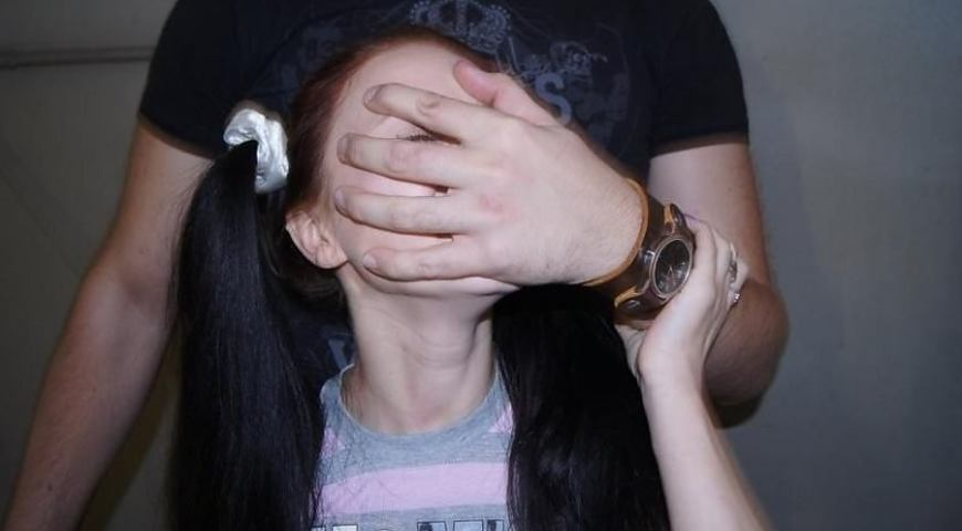 """""""Різниця 50 років"""": на Волині 13-річна дівчинка народила від 63-річного вітчима-гвалтівника"""