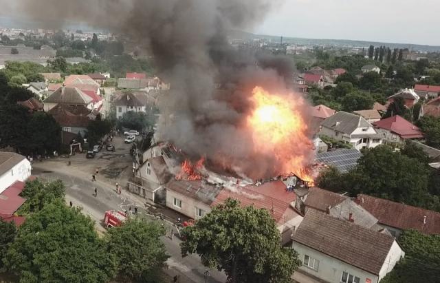 З'явилося відео вибуху та пожежі мотелю в Мукачеві з висоти