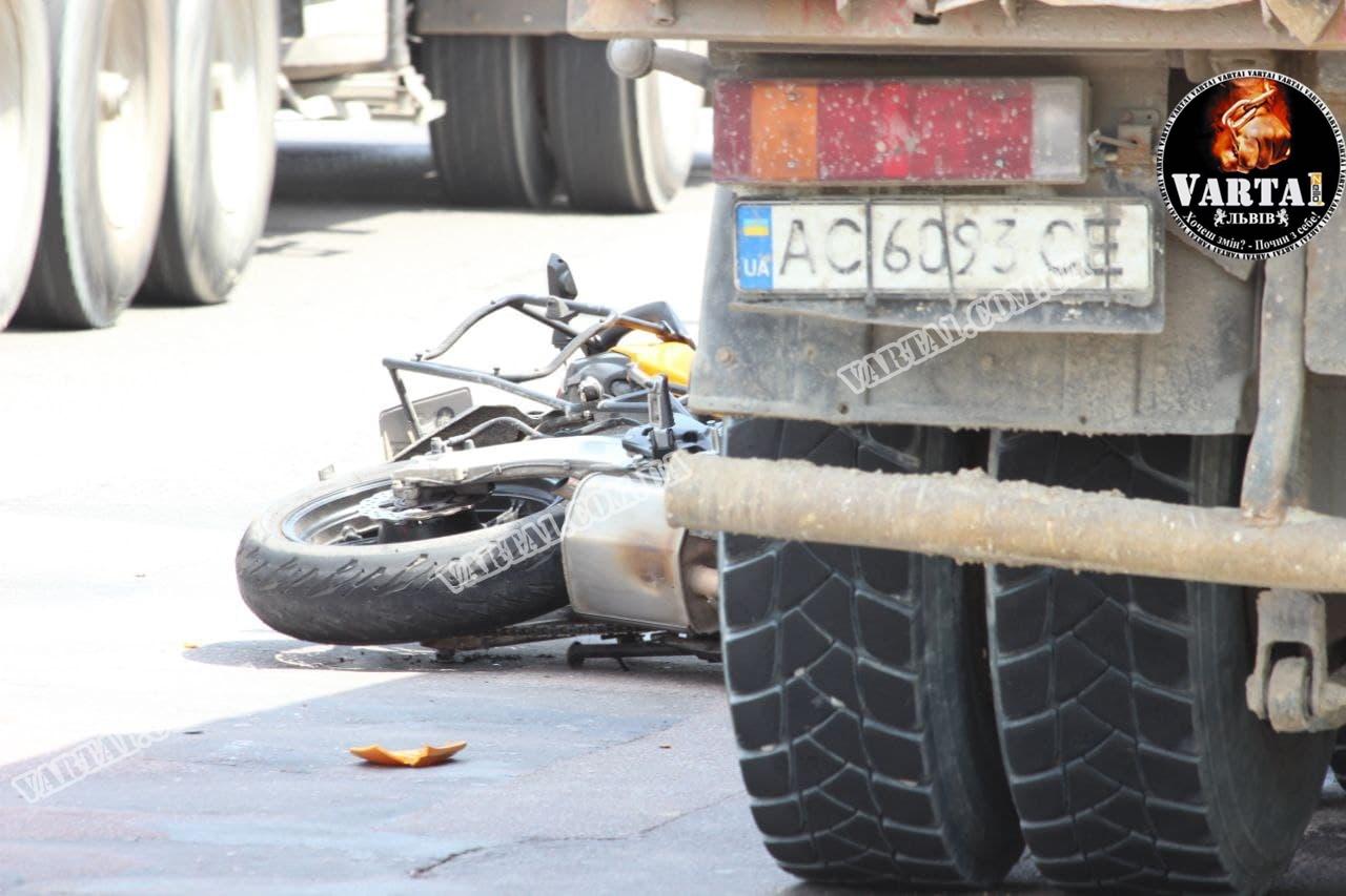 У Львові у страшній ДТП загинув мотоцикліст. Фото та відео з місця аварії