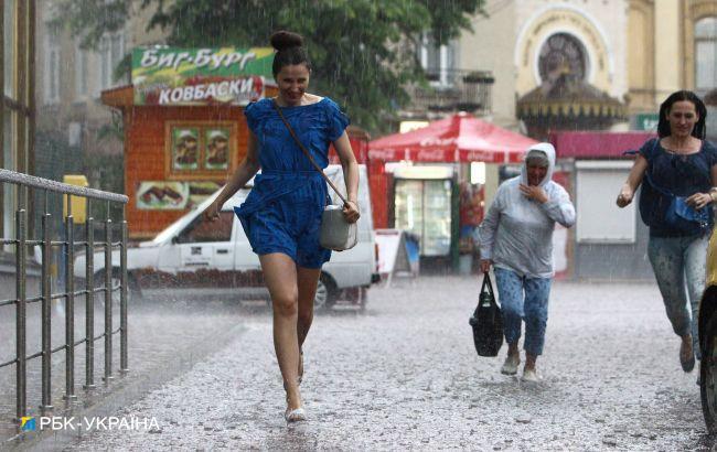 """Зливи з грозами затримаються: синоптики дали """"мокрий"""" прогноз до середини липня"""