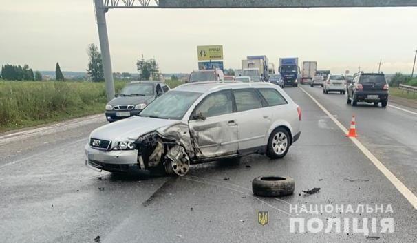 Авто розірвало навпіл: під Львовом у потрійній ДТП загинула 2-річна дівчинка, багато травмованих (фото)