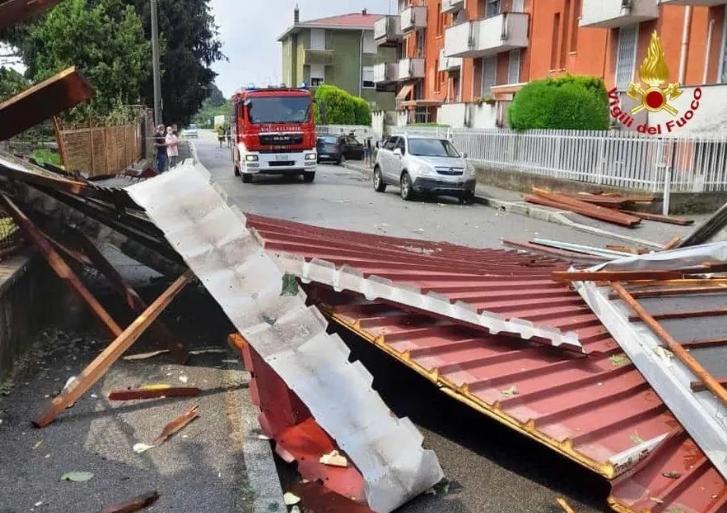В Італії через потужні зливи річки вийшли з берегів, дороги затопило. Фото і відео