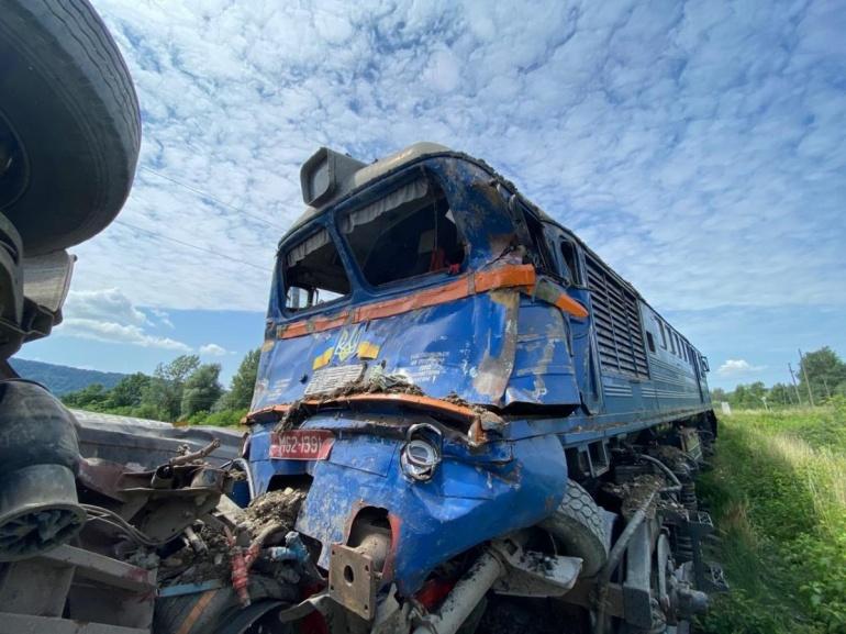 На Закарпатті вантажівка врізалася в пасажирський потяг