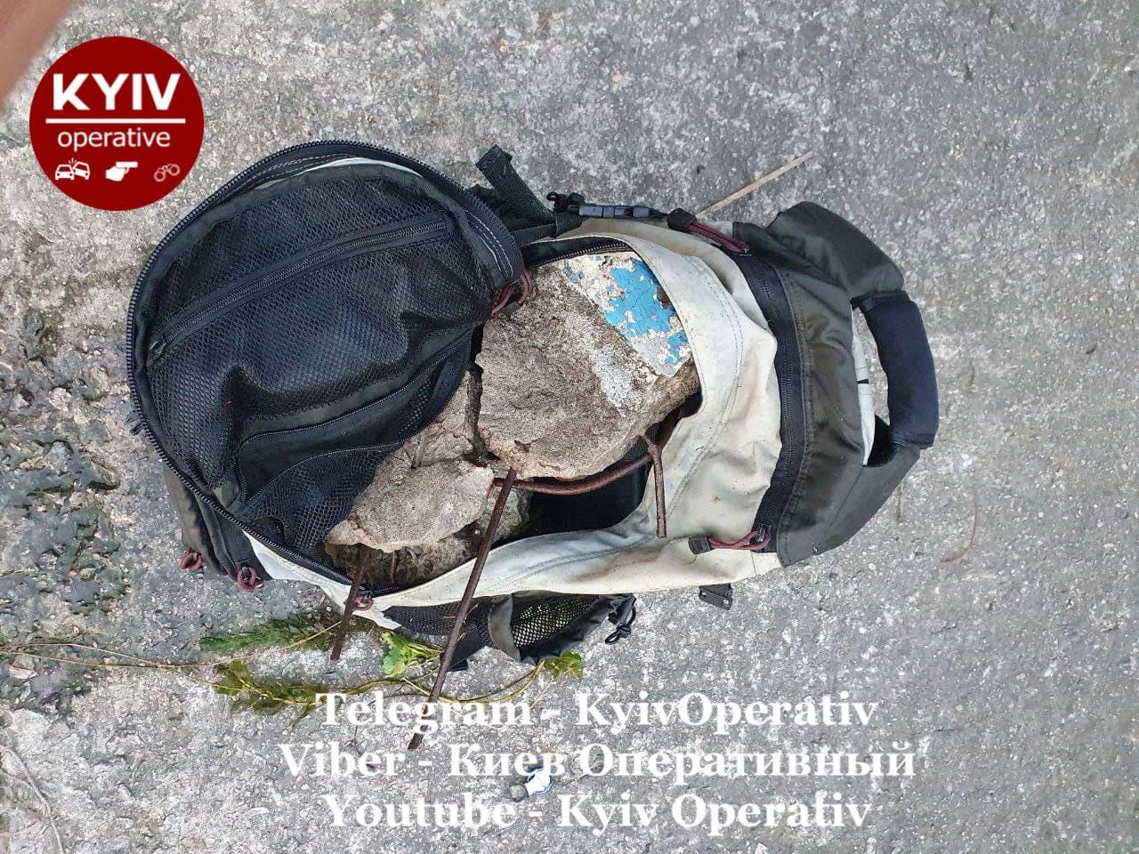 У Києві хлопець стрибнув у річку з рюкзаком заповненим камінням (фото 18+)
