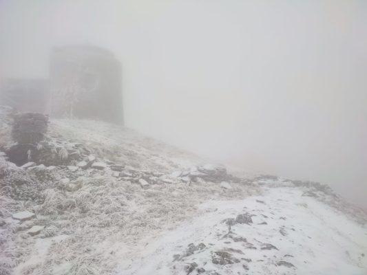 Карпати засипає першим снігом: яскраві фото і відео