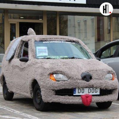 У Польщі українець перетворив авто на гігантського пса, щоб зібрати гроші на лікування сина