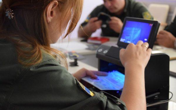 Їхали на заробітки: на кордоні з Польщею затримали українців з підробленими COVID-сертифікатами